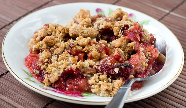 Fertility Food Friday: Strawberry Rhubarb Crumble | Genesis Fertility ...